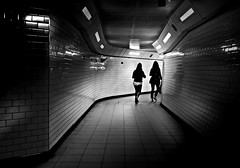 "passage ""S"" (heinzkren) Tags: london gb uk metro tube ubahn gang way people street streetphotography schwarzweis blackandwhite bw sw monochrome urban underground girls light shadow city passage tunnel corridor silhouette lines"