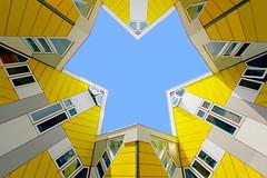 Ins Blaue hinein (ploh1) Tags: rotterdam kubushäuser würfelförmig architektur gelb blau niederlande ausergewöhnlich detail wohngebäude wolkenlos baukörper himmel gebäudekomplex fassade wohnung perspektive loch schöneswetter sonnig