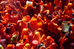 Holi Wars, Shri Dauji Temple, Chhabria Uttar Pradesh India (AdamCohn) Tags: 016kmtobaldevinuttarpradeshindia abeer adamcohn baldev chhabria india shridaujitemple uttarpradesh colors geo:lat=27408301 geo:lon=77821930 geotagged gulal holi play wwwadamcohncom अबीर गुलाल baldeo