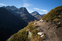 the trail (Toni_V) Tags: m2409574 rangefinder digitalrangefinder messsucher leica leicam mp typ240 type240 28mm elmaritm12828asph hiking wanderung randonnée escursione alps alpen spinaspreda valbever trail wanderweg sentiero mountains graubünden grisons grischun switzerland schweiz suisse svizzera svizra europe herbst atun autumn ©toniv 2018 181020 fuorclacrapalv
