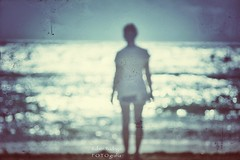 Looking for stars (Mister Blur) Tags: looking stars blur desenfoque mar sea waves beach playa backlight contrejour light woman mygirl rivieramaya playadelcarmen blurry dots snapseed hooverphonic nikon d7100 55200mm rubén rodrigo fotografía