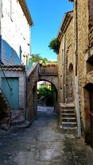 24 - Ardèche - Vogüé sur les bords de l'Ardèche, les vieilles rues (paspog) Tags: france ardèche vogüé 2018 août august village dorf ruelles passages escaliers staires treppen stein pierre stone