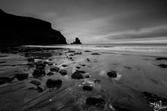 Talisker Beach in black and white (mvj photography) Tags: ecosse scotland skye beach plage sea seascape seashore monochrome blackwhite noiretblanc taliskerbeach poselongue longexposure