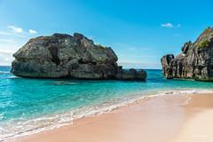 Strand auf den Bermudas (Uwe Weigel) Tags: himmel bucht bermudas strand beach meer landscape sea ozean blue rock felsen sand summer landschaft water yellow travel world trop insel island sky view pic travelphotography