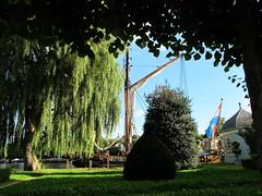 Holland (Mattijsje) Tags: statenjacht yacht deutrecht utrecht jacht zeilschip kade loenen zeilboot boat ship boot landschap holland nederland netherlands tuin garden prieel prieeltje heg struik treurwilg weaping willow mast masten green grass natuurlijkkader kader bomen trees tree
