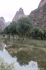 The water level has risen (10b travelling / Carsten ten Brink) Tags: 10btravelling 2017 asia asian asien bingling binglinggrottoes binglingtemple binglingsi buddhist bǐnglíngsì carstentenbrink china chine chinese county gansu gansuprovince grottoes iptcbasic linxia linxiahui liujiaxia prc peoplesrepublicofchina silkroad yellowriver yongjing caverns caves province reservoir sculpture tenbrink 中华人民共和国 中国 炳灵寺 炳靈寺 甘肃