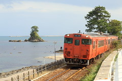 Seaside line (Teruhide Tomori) Tags: train railroad railway himi toyama japan japon hokuriku dmu single himiline coast beach toyamabay landscape 富山湾 westjapanrailwaycompany jr西日本 氷見線 単線 ディーゼルカー 気動車 日本 雨晴海岸 amaharashi 北陸 鉄道 列車 富山県 高岡市 takaoka happyplanet