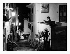 Amours andalouses. (francis_bellin) Tags: 2018 amour escaliers espagne streetphoto septembre street photoderue ruelle nuit lumières noiretblanc monochrome bw rue blackandwhite andalousie couple frigiliana