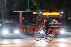 Commute (17.10.2018) (Siebbi) Tags: fahrrad fahrradfahren bike bicycle cycling traffic verkehr street strase bus night nacht panning mitzieher