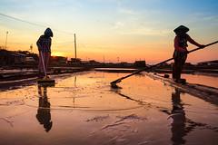 Salty Field (pramuditalina) Tags: sunrise beach shoreline plaosan jawabarat boy lady hermitcrab seawaterfish salt seawater horizon glowingsky