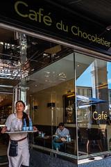 Café du Chocolatier (Art de Lux) Tags: hamburg alsterarkaden alster arcades menschen personen people cafe kellnerin waitress fenster window spiegelung reflection farbe color artdelux chocolatier reflexion deutschland germany microfourthirds mft