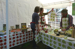 Is this an apron I see before me? (karenblakeman) Tags: readingtownmeal forburygardens reading uk 2018 september food localcommunities readingfoodgrowingnetwork rfgn applepress apples seedswap berkshire