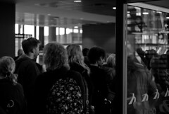 Où sont donc les sièges?/where did they hide the seats? (bd168) Tags: people passagers passengers salledattente waitingroom monochrome keflavik waiting attente xt10 xf50mmf2rwr