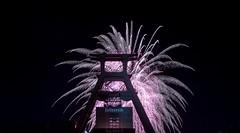 Feuerwerk auf Zeche Zollverein in Essen (gabrieleskwar) Tags: outdoor feuerwerk nachts nacht zeche zollverein nrwgermany ruhrgebiet farbe formen förderturm