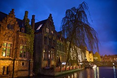 Nachts in Brügge/ At Night in Bruges (reipa59) Tags: kanäle wasserwege strase clouds stadtlandschaft architektur fenster city bruges bauwerke cityscene baum reflected kanal cloud licht nachts wasser water abends illuminated brügge beleuchtet gebäude roadtrip reflektionen wege herbststimmung stadt belgien light strasenlaterne herbst flusufer spiegelt autumn herbstbeginn building reflections idyllisch ufer village cityscape belgium street dunkel dark streetlamp star bäume sky waterchannels mood waterpassages regen stahlberg ways regentag evening regenwolken