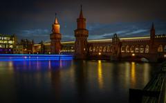 Berlin, Oberbaumbrücke (FV1405) Tags: 2018 berlin blauestunde boot deutschland brücke spree fluss bahn