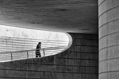 Human in Geometry (Leipzig_trifft_Wien) Tags: valencia provinzvalencia spanien es human person people street streetphoto streetphotography black white blackandwhite contrast form shape