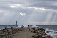 Núvols sobre el mar. (AviAntonio) Tags: gent pescadors ones núvols raigsdesol pescadores gente olas nubes rayosdesol mediterrani barcelona