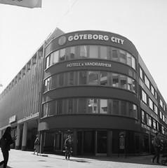 hostel (rotabaga) Tags: sverige sweden svartvitt blackandwhite bw bwfp göteborg gothenburg lomo lomography lubitel166 mediumformat mellanformat 120 6x6 twinlens fomapan fomadon r09 diy