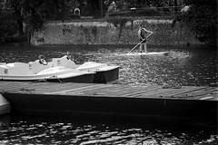 Stand-Up-Paddle (Fred Luckythirteen) Tags: canon powershot g7x rawtherapee gimp noir noirblanc noiretblanc black blackwhite monochrome metz moselle 57 lorraine france promenade standuppaddle plan deau