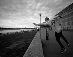 Free Running (andi_heuser) Tags: freerunning urban düsseldorf film analog analogue schwarzweiss blackwhite schwarzweissfilm ilford ilforddelta3200 6x7 mittelformat mediumformat 120 andiheuser