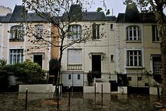 Quartier des Peupliers - Des maisons situées Place de l'Abbé Georges Hénocque (T.Oscar) Tags: paris france french quartier des peupliers maison blanche maisonblanche 13ème 13 xiiième 13th arrondissement house