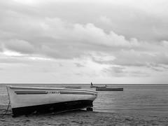 P1010026.jpg (cédricpeltier) Tags: voyage noiretblanc océan rodrigues paysage bateau plage