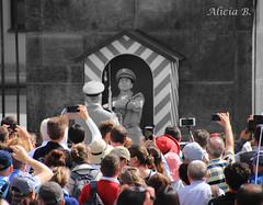 Turistas - #InspiraciónBdF78 (Alicia B,) Tags: praga prague repúblicacheca europa europe czechrepublic cambiodeguardia changeofguard turistas tourists touristes