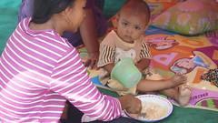 In den Notlagern können zumindest einfache Mahlzeiten ausgegeben werden (Caritas international) Tags: katastrophe seebebentsunami erdbeben kinder frauen palu indonesien idn