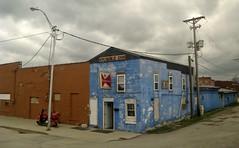 Je Stumble Inn (Robert Saucier) Tags: building architecture maison house ciel sky nuages clouds bleu blue orange briques bricks pavement trottoir sidewalk poteau fil wire fenêtre window moto train flou blur amtrak img2149 missouri kansas