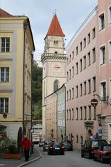 Passau: Schrottgasse mit Rathausturm (Helgoland01) Tags: passau niederbayern bayern deutschland germany
