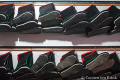 Xiahe footwear (10b travelling / Carsten ten Brink) Tags: 10btravelling 2017 asia asian asien autonomous carstentenbrink china chine chinese gannan gansu gansuprovince gānnán iptcbasic prc peoplesrepublicofchina prefecture sangqu silkroad tibetan xiahe bottos footwear province shop tenbrink 中华人民共和国 中国 夏河 甘肃