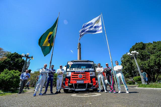 04/10/18 - Pilotos da Copa agitam a Praça Internacional em Rivera - Fotos: Duda Bairros