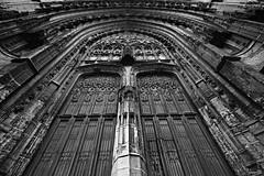 Sculptée (Un jour en France) Tags: monochrome porte sculture église cathédrale pierre beauvais noiretblanc noiretblancfrance ef1635mmf28liiusm canoneos6dmarkii architecture symétrie