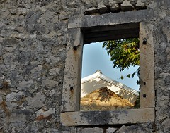 HWW without glass (wilma HW61) Tags: hww raam window finestra fenêtre fenster prozor doorkijk lookthrough perspectief perspective muur stenen wall stones kroatië dalmatië croatia hrvatska dalmacija dalmatia europa europe nikond90 wilmahw61 wilmawesterhoud dwwg schaduw shadow ruins tisno murter