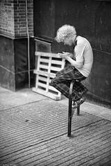 La pose clope (Mathieu HENON) Tags: leica leicam noctilux 50mm m240 laphotodulundi nb bnw noirblanc blackwhite monochrome street streetphoto ecosse scotland glasgow fumeur pause détente lifestyle téléphone cigarette break