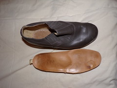 orthopedic shoes (herby_02) Tags: orthopedic orthopädisch orthopädische fus füse foot feet behinderung behindert bein beine gehbehinderung gehbehindert disability disabled hilfsmittel legs leg schuhe shoe schuh shoes leathershoe lederschuh leglength handicap builtup beinlängendifferenz