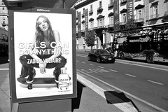 Attese (Corrado Ph) Tags: napoli naples napòles neapel italy italia italie city metropoli bus spot pubblicità model car strada autobus tourist black white fujifilm