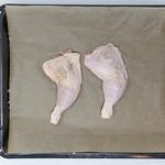 Rohe Hänchenkeulen auf Backblech mit Backpapier thumbnail
