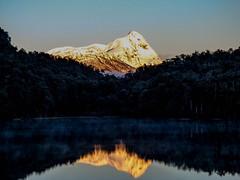 Amanecer en Ruta 7 Lagos (Helga Wolf) Tags: lagos luz agua montañas amanecer reflejo