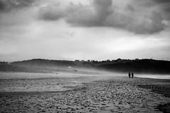 Caminantes en la arena (ccc.39) Tags: asturias xagó gozón españa blancoynegro bw byn monochrome beach sand costa coast cantábrico