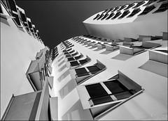 Skurille Sichtweise (Logris) Tags: architektur architecture düsseldorf dusseldorf derneuezollhof fenster windows frank gehry