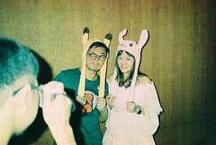 (埃德溫 ourutopia) Tags: film maco tcs eagle 400 macotcseagle macotcseagle400 yashica t2 t3 t4 t5 expiredfilm filmphotography analog analogphotography birthday party guy man girl rabbit pikachu hat room フィルム
