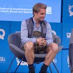 Nico Rosberg lauscht dem Gespräch thumbnail