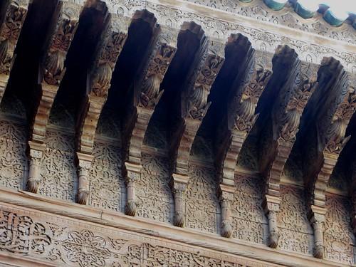 Décor de cèdre sculpté, médersa Attarine (début XIVe siècle), Talaa Kbira, médina de Fès el Bali, Fès, Maroc.