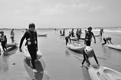 Canoé 1 (soyer_rodrigue) Tags: noordzee nikon nikond5100 d5100 mer sea summer sport noiretblanc nb bw blackandwhite blackwhite westende belgium belgique canoé people