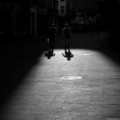 Chorzów 2018 (Tomek Szczyrba) Tags: bw monochrome noir streetphoto streetphotography fotografiauliczna miasto city town ulica street ludzie people cień shadow cienie shadows słońce light sunset światło sylwetki sylwetka silhouette outline kontury figure zarys polska poland postać shape
