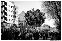 .. (Matías Brëa) Tags: calle street social documentalismo documentary blancoynegro blackandwhite byn bw bnw personas people globos balloons