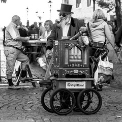 orgel bernd (every pixel counts) Tags: 2018 düsseldorf altstadt bw city nrw germany europa everypixelcounts blackandwhite square old barrelorgan eu man musician street people streetmusic blackwhite 11