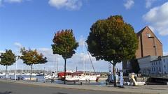 Seglerhafen noch gut besucht (Carl-Ernst Stahnke) Tags: stralsund hansestadt hafen hafeninsel segelboote hafenspeicher gastronomie fischverkauf altefähr drehbrücke querkanal